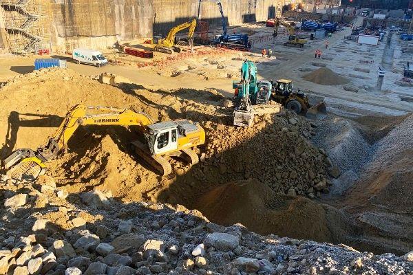 Godet concasseur et cribleur sur le chantier du nouveau bâtiment de la Communautée Européenne.