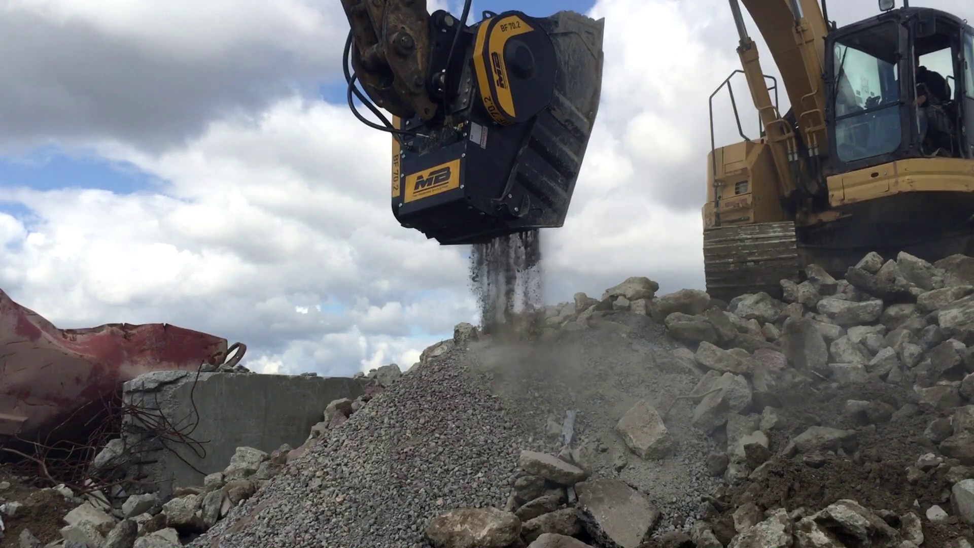 The BF70.2 crusher bucket is processing reinforced concrete to be sold to customers