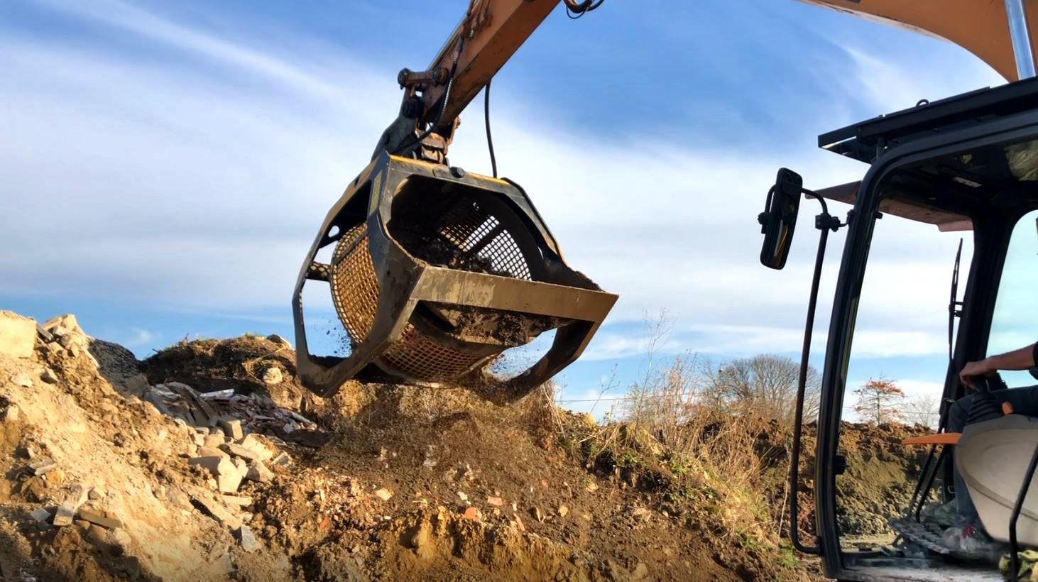 C'est dans le Morbihan que 4 outils MB Crusher travaillent à plein régime sur uneplateforme de recyclageet de ventes de matériaux de décoration et d'aménagements extérieurs.
