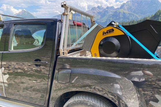MB Crusher Backenbrecherlöffel C50 S4 montiert auf  Bagger Kobelco zerkleinert Steine in den Schweizer Alpen um sie als Untergrund für Wege wiederzuverwenden