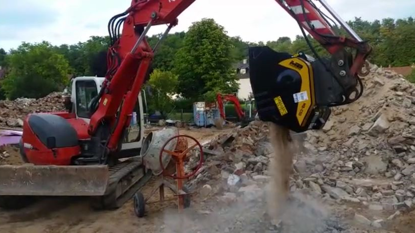 The MB-C50 crusher bucket crushing concrete