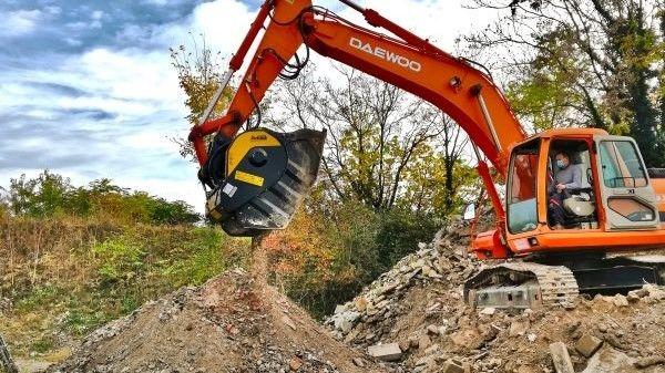 con la trituradora de mandíbulas MB Crusher el material resultante de la demolición se tritura directamente en la obra con su propia excavadora