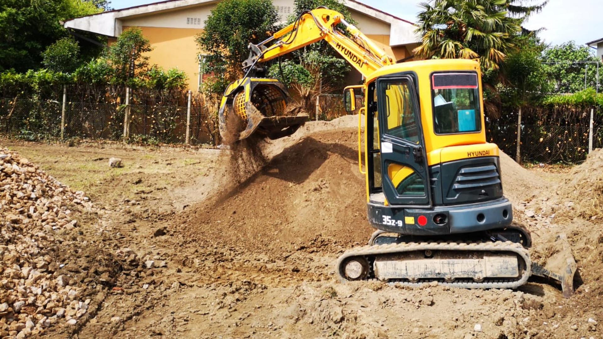 La vagliatrice di MB Crusher MB-S18 recupera rocce da scavo e terriccio utilizzando un escavatore